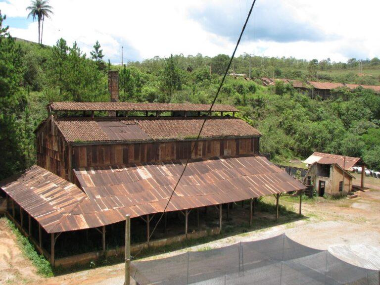 Galpão principal da Usina Wigg. Em segundo plano, no canto superior direito, parte do galpão de carvão. Fonte: Acervo Henrique Piló, 2012.