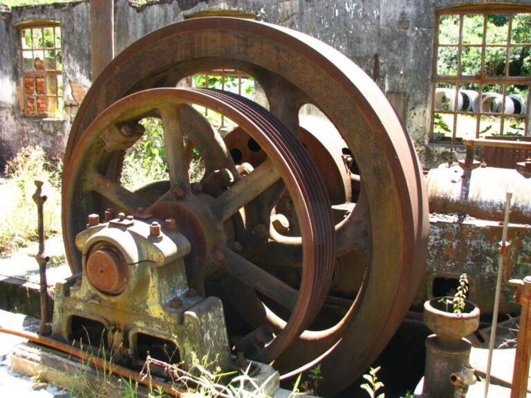 Detalhes da turbina Pelton instalada na casa de máquinas Fonte: Acervo Henrique Piló, 2012.