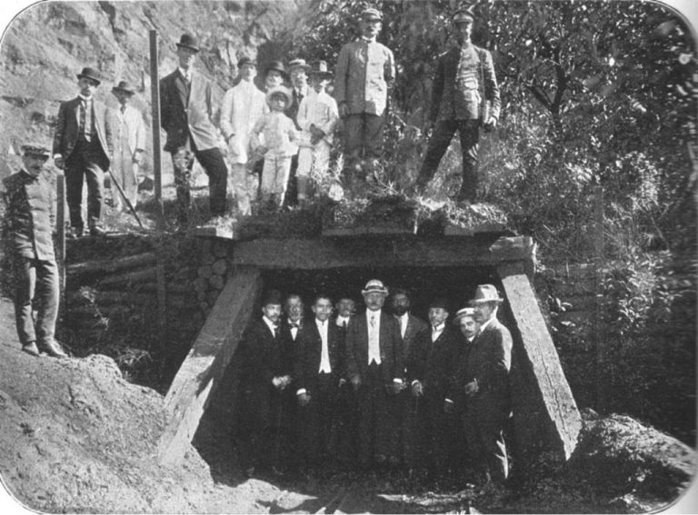 Vista da Mina de Manganez em Miguel Bournier. Ao centro da entrada da mina, está Carlos Wigg.